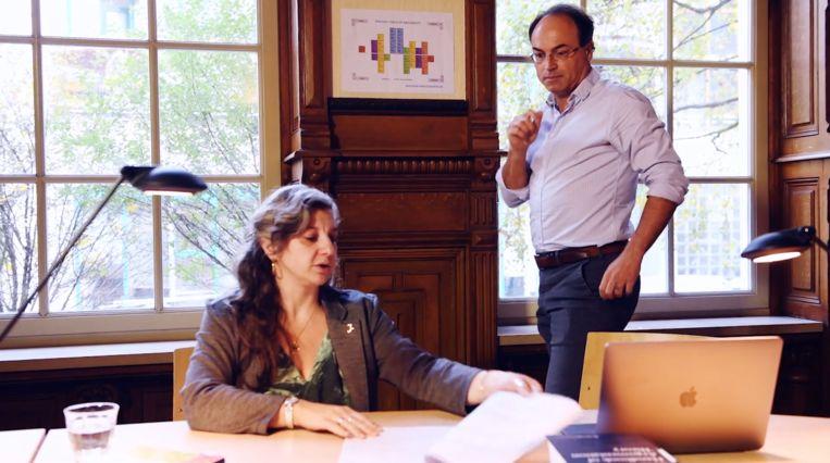 Federica Russo en Jean Wagemans werken aan hun argumentatiecomputer. Beeld Caren Huygelen / Innovation Exchange Amsterdam