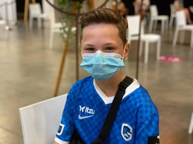 """Eerste 12-jarigen in Vlaanderen krijgen coronaprik in Genk: """"Met veiliger gevoel op kamp vertrekken"""""""