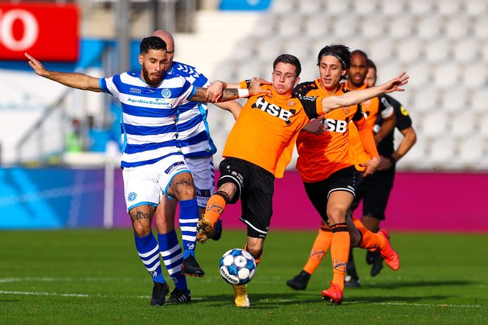 Jordy Tutuarima van De Graafschap (links) in duel met  Nick Doodeman en  Samuele Mulattieri van FC Volendam.