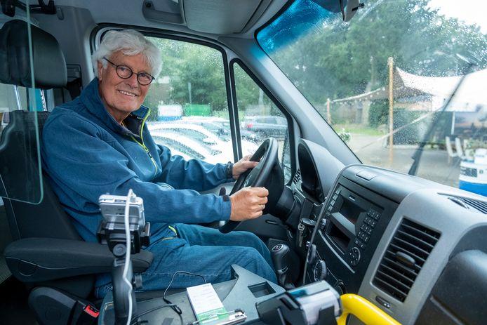 Gert Kluinhaar is in Ugchelen een van de dertig vrijwilligers bij de buurtbus, die vanaf vandaag door het dorp rijdt.