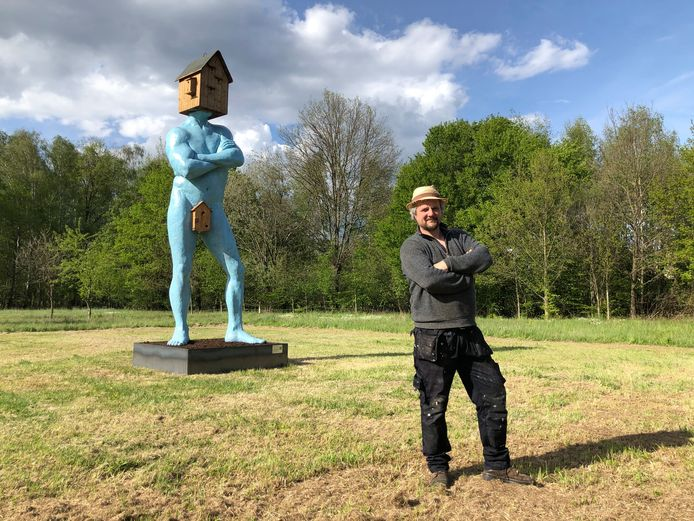 Kunstenaar Wilfried De Cock bij zijn voormalig zelfportret, nu de Vogel-locker, te bewonderen in een veld in de Mottestraat.