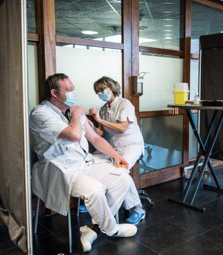 Maarten (32) uit Enschede eerste Tukker met tweede corona-prik: 'Ik ben dubbel beschermd'
