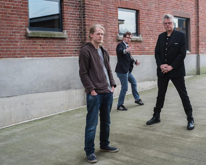 Marcel Bierling (links) en Kees de Groot (rechts) worden benoemd tot nachtburgemeesters door Martijn van Hese (midden) van de Partij voor Cultuur.
