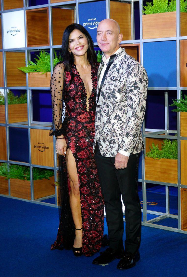 Bezos met zijn nieuwe vriendin, helikopterpiloot Lauren Sánchez. Beeld Getty Images