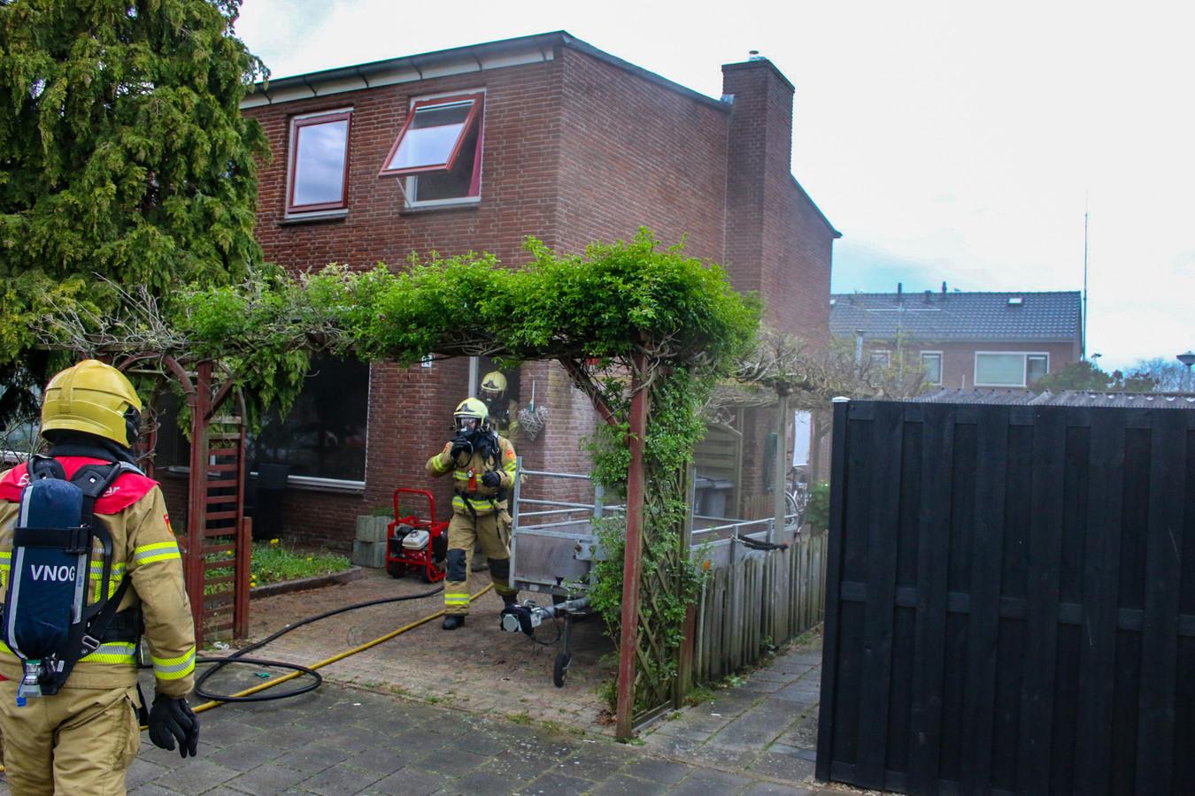 De brandweer bij de woning aan de Mackaystraat.