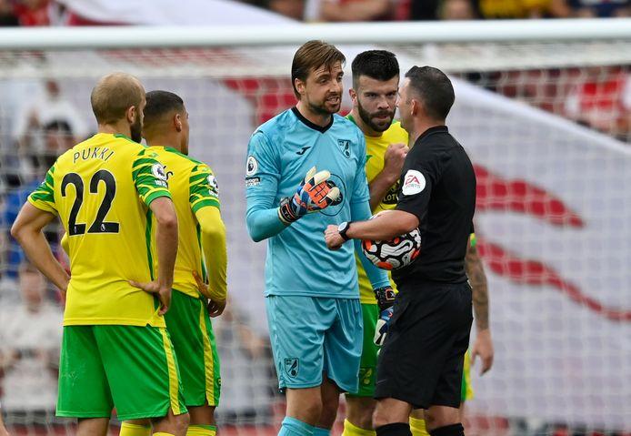 Tim Krul in discussie met de scheidsrechter tijdens Arsenal - Norwich City.