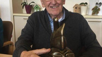 Keizer Kamiel dolgelukkig met bronzen beeld