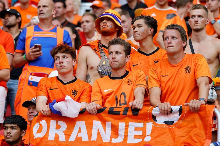 Ontgoocheling bij de Nederlandse voetbalsupporters na de nederlaag in de achtste finale van het EK. Beeld AFP