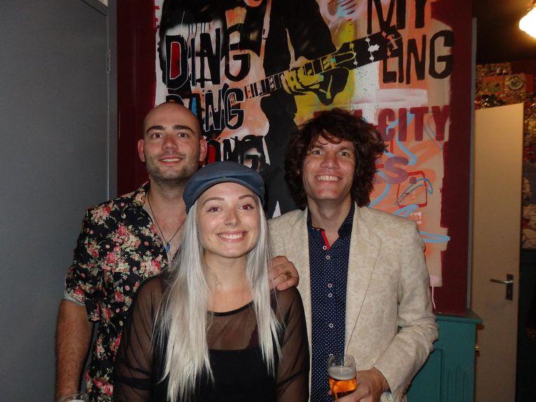 Nick Twaalfhoven, die de muurschilderingen maakte, zangeres Ann White ('En oud-klasgenoot van Douwe!') en Duijf (vlnr), toetsenist en manager van Douwe Bob Beeld Schuim