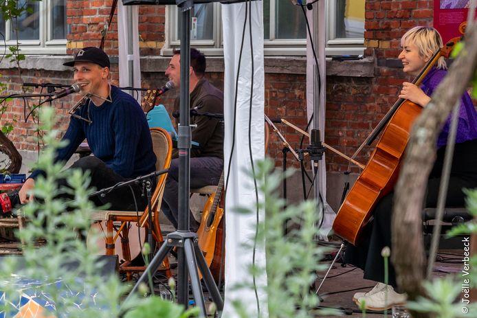 Tim De Roo (links) bij wat hij liefst doet: live spelen voor een publiek.