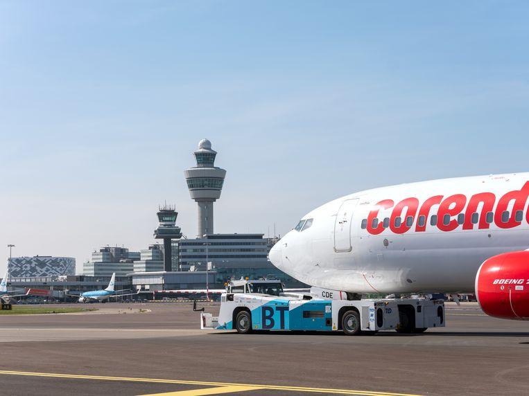 De hybride taxibot van het Franse TLD versleept de komende twee maanden op Schiphol onder meer toestellen van Corendon en KLM van landingsbaan naar gate en terug. Beeld Roger Cremers