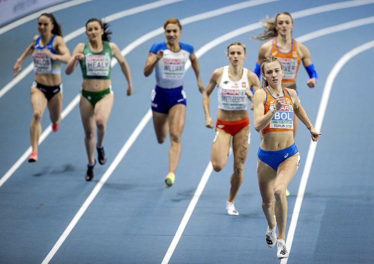 Femke Bol op weg naar de Europese indoortitel. In het oranje daarachter heeft Lieke Klaver moeite met de laatste meters. Beeld ANP