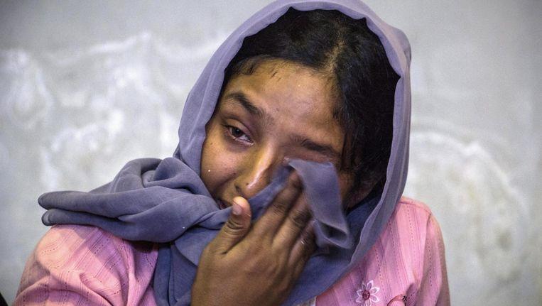 Deze vrouw kon wel gered worden uit de zee, maar 6.000 anderen dobberen momenteel nog doelloos rond. Beeld EPA