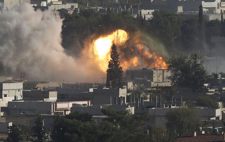 Vuur en een rookpluim in Kobani na een luchtaanval die is uitgevoerd door de internationale coalitie tegen IS. Beeld reuters