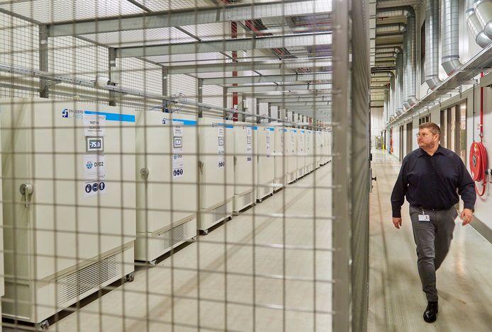 De vrieskasten bij Movianto in Oss waar het corona-vaccin bewaard gaat worden. Site-manager Michiel Heller loopt er langs.
