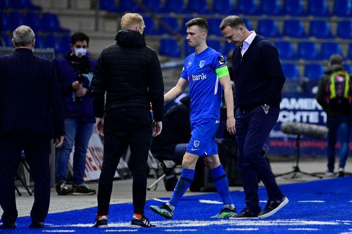 Speler Heynen met naast hem trainer Van den Brom (r).