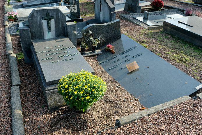 Dit graf lijkt langzaam opgeslokt te worden door de aarde.