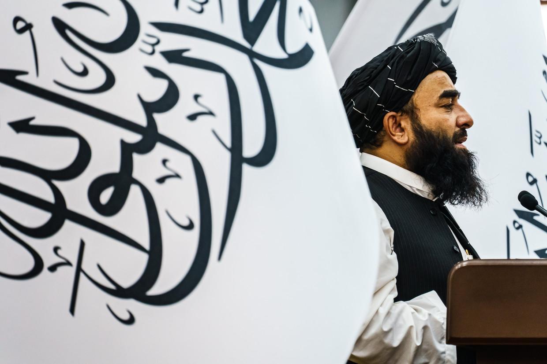 Talibanwoordvoerder Zabihullah Mujahid spreekt Afghaanse religieuze leiders toe in Kaboel.  Beeld Photo News