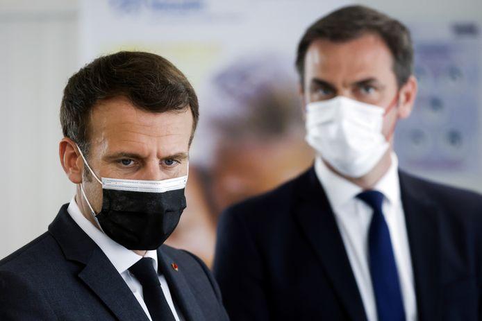 Emmanuel Macron et le ministre français de la Santé, Olivier Véran.