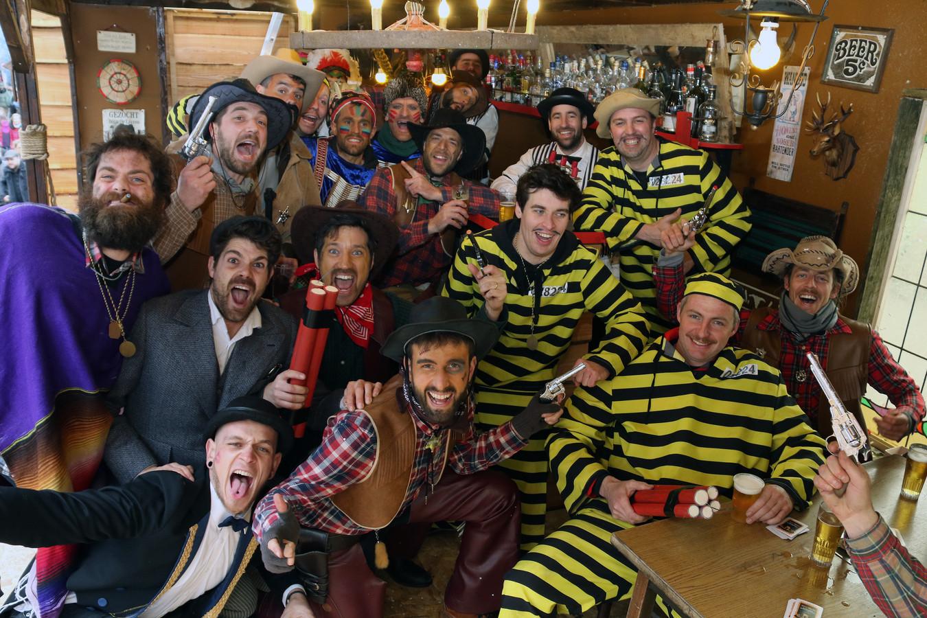 Vele carnavalisten halen voor hun jaarlijkse verkleedpartij hun kostuum in het Stoetmagazijn dat binnenkort verhuist