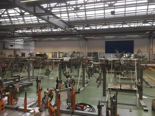 Onderdelen staan te wachten in de Bredase bedrijfshal van VDL Steelweld