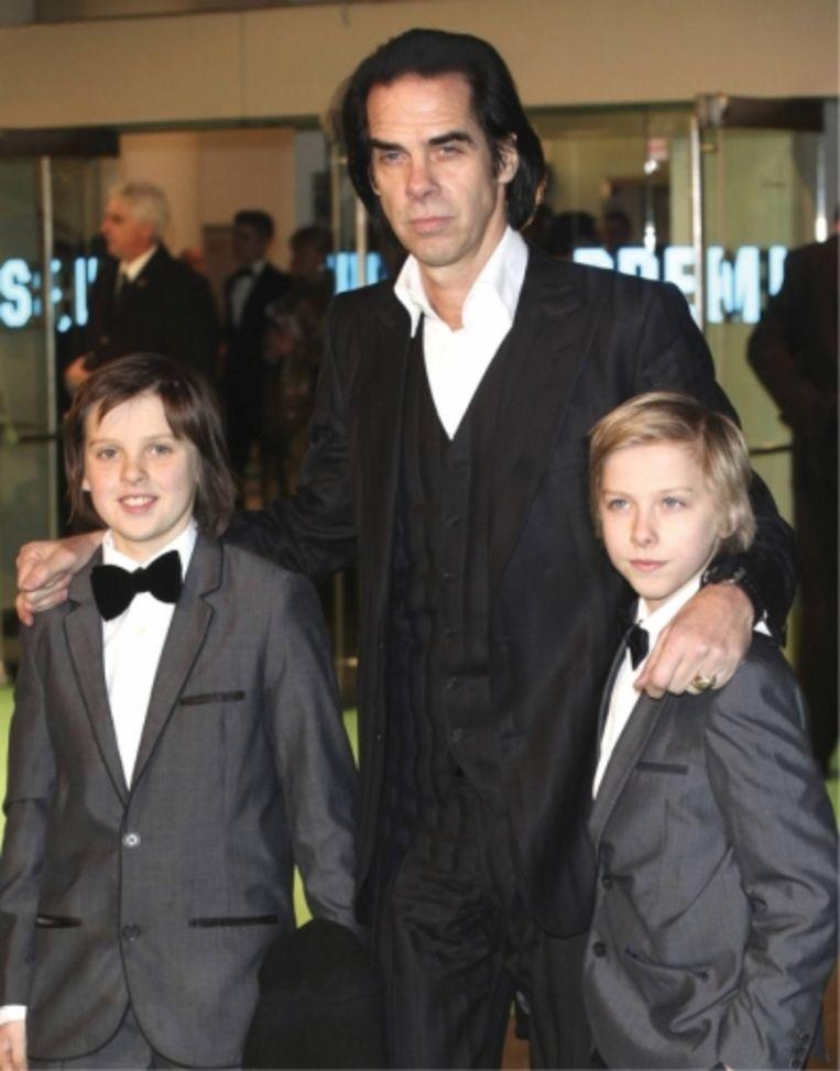 'Rouw herinnert ons aan de diepte van onze liefde' Nick Cave met zonen Earl en Arthur (rechts), die op z'n 15de overleed Beeld