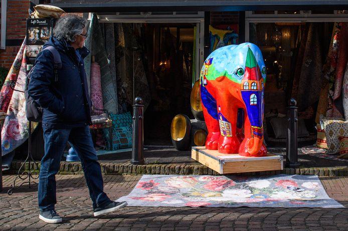 Een man bestudeert de 'Ootmarsum'-olifant naar een ontwerp van René Leuveld.