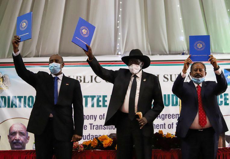 Vlnr: de voorzitter van de Soedanese overgangsraad Abdel Fattah al-Burhan, de Zuid-Soedanese president Salva Kiir en de Soedanese premier Abdalla Hamdok laten kopieën zien van het vredesakkoord. Beeld REUTERS
