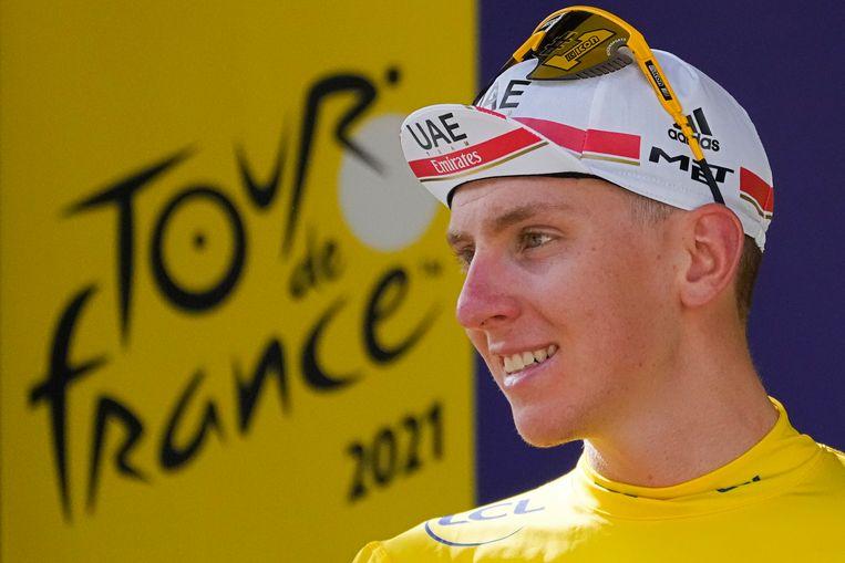 Pogacar op het podium na de vijftien etappe, in de hem inmiddels vertrouwde kleur. Beeld AP