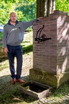 De kapotte dorpspomp in Rozendaal wordt hersteld