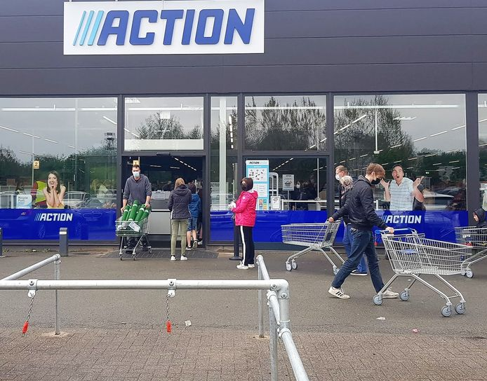 Geen winkelkarretje meer te vinden zaterdag bij de nieuwe Action in Zelzate. Het was er een hele dag aanschuiven.
