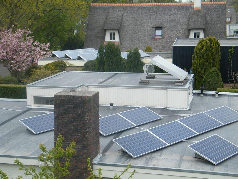 Als meer buren panelen op hun dak gaan leggen, zal de stroomkabel in de straat wellicht vervangen moeten worden. Beeld Vincent Dekker