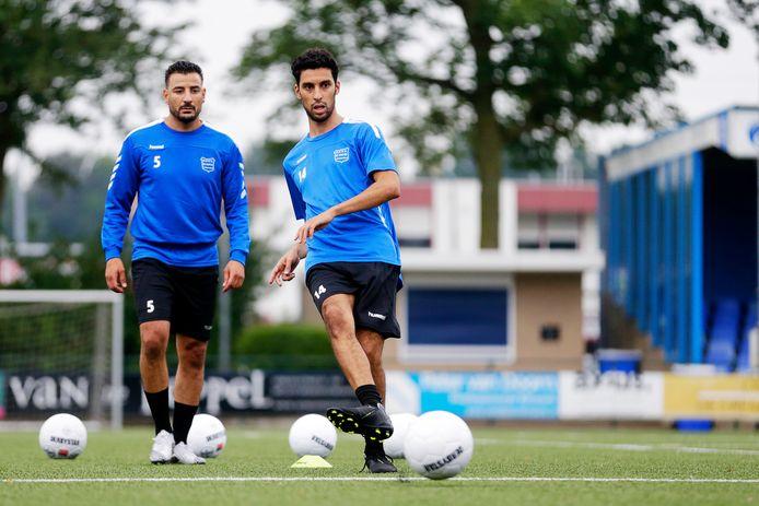 Nieuwkomer Achraf Nejmi  (rechts) is bezig aan de eerste training met GVVV. Links teamgenoot Taoufik Adnane.