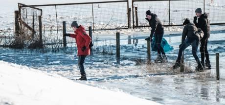 Alleen waaghalzen testen het eerste echte ijs op de uiterwaarden