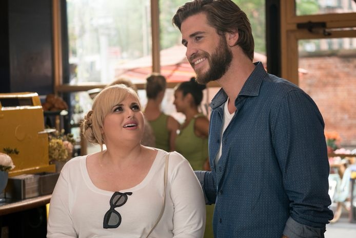 Rebel Wilson en Liam Hemsworth in 'Isn't It Romantic'.
