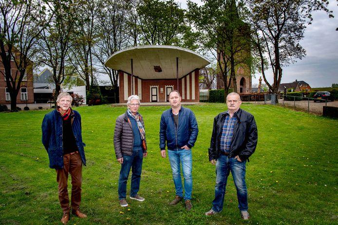 Bram Boon, Ton van den Berg, Joep Gerrits en Theo Cobussen (v.l.n.r.) bij de muziekkoepel.