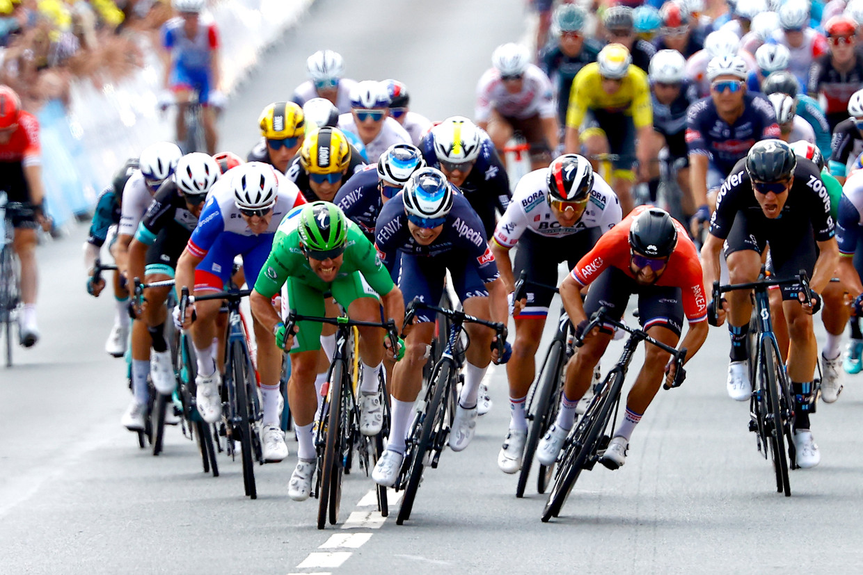 Mark Cavendish sprint in zijn groene trui naar de ritzege in Châteauroux. Beeld Photo News