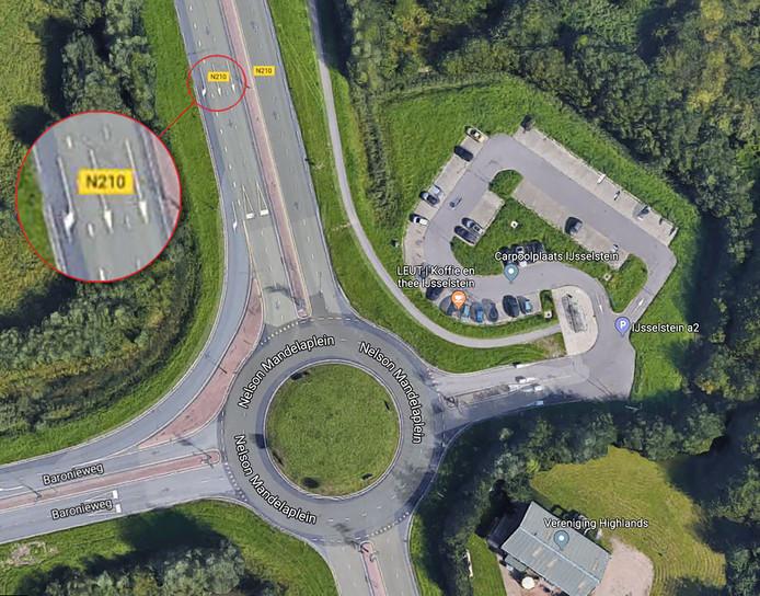 Bij het naderen van de rotonde staan geen pijlen richting de carpoolplaats.