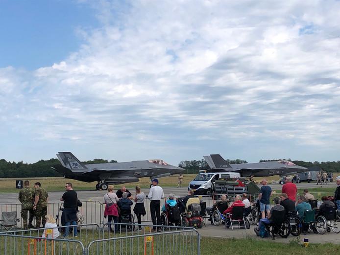 De twee F-35's zoals ze te zien waren tijdens de Luchtmachtdagen op Volkel. Het linkse toestel, de F-001, was toen al kapot.
