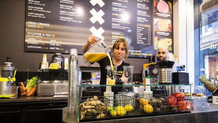 Roham Mirzadeh (28) en Stefan Schaaphok (36) wilden tussen al die ijs-en wafelwinkels in het centrum van Amsterdam een gezond alternatief bieden Beeld Tammy van Nerum