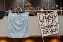 Protest tijdens een Tilburgse raadsvergadering over de chroom-6-affaire.