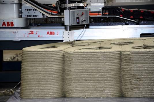 Het eerste deel van de betonnen loopbrug voor de Nijmeegse wijk Zwanenveld komt in Eindhoven uit de 3D-printer.