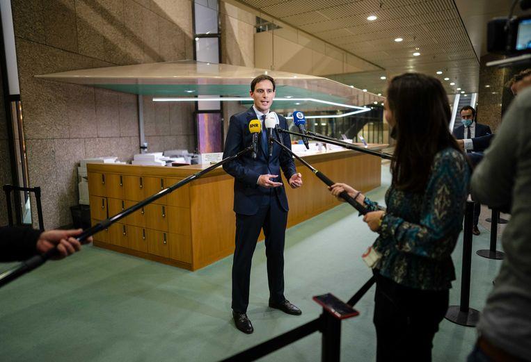 Minister Wopke Hoekstra (Financiën) staat de pers te woord over de gesloten deal tussen KLM en pilotenvakbond VNV.  Beeld ANP