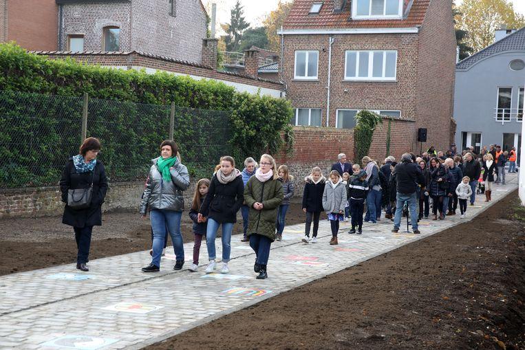 De schoolkinderen mochten de vredesmozaïeken vanochtend ontdekken in het straatje tussen de Kerkstraat en de Gemeentehuislaan.