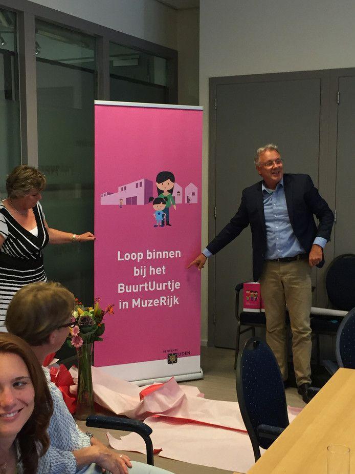 Wethouder Gerrit Overmans bij de start van het Buurtuurtje, in september vorig jaar. Het project bleek geen succes.