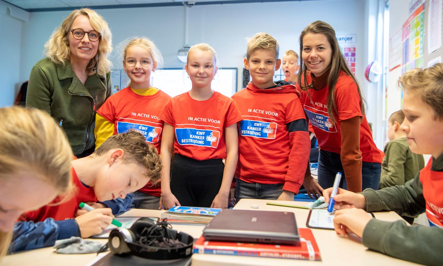 Leerlingen van groep 8 van basisschool De Zaaier in Nieuwleusen voeren actie voor KWF nu twee hun juffen zijn getroffen door de ziekte. V.l.n.r. juf Dianne Paauw, leerlingen Larissa Groen, Nathalie Brinkman en Jort van den Bergh, en hun juf Chantal van Haarst.
