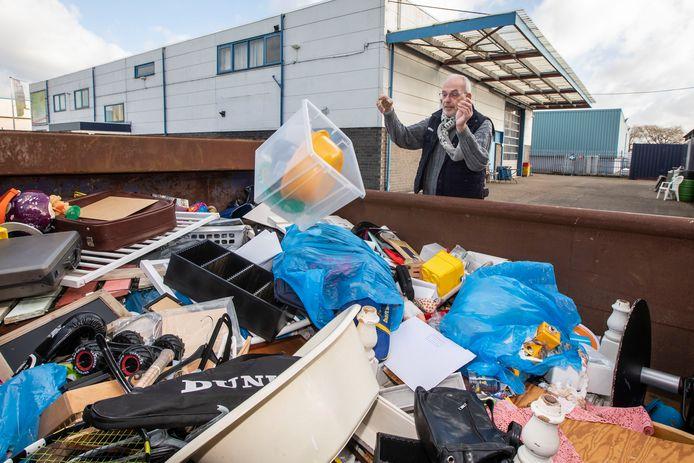 Henk Grootveld bij de containers.
