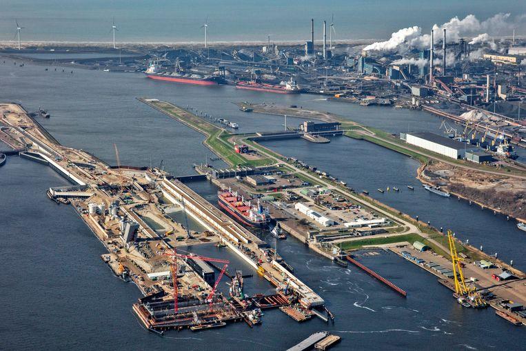 Een luchtfoto van de werkzaamheden aan de nieuwe Zeesluis in het Noordzeekanaal nabij IJmuiden, op de achtergrond Tata Steel. Beeld Hollandse Hoogte /  ANP