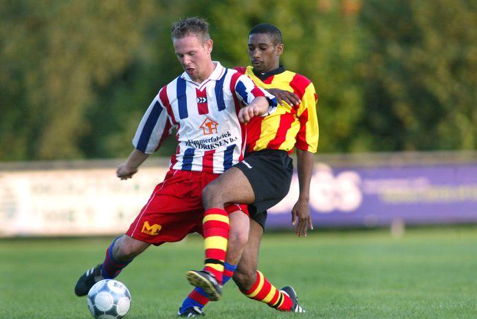 Wilco Kraan (links) van Ulftse Boys en SDOUC-speler Alex Mathilda tijdens de derby in 2002.