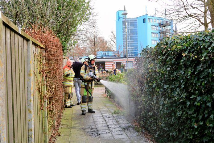 De brandweer wist de in brand gestoken heg snel te blussen.